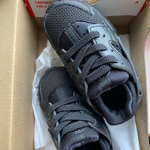 • black baby Nike sneakers •